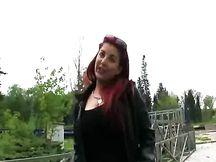 Rossa dilettante pagata per fare sesso in pubblico