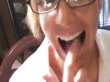Tettona bionda amatoriale con gli occhiali in POV