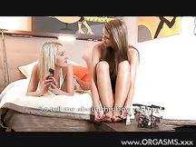 Lesbica bionda gioca con figa bruna