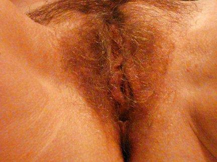 Transessuale ingorda sfonda la figa pelosa di una milf tettona