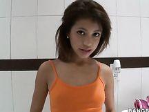 Piccola girl asiatica con un bel culo