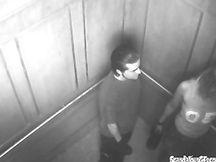 Coppia spiata mentre scopa in ascensore