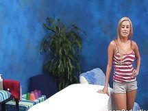 Bionda amatoriale sedotta in un centro massaggi