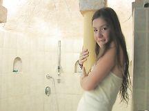 Emily si masturba in bagno
