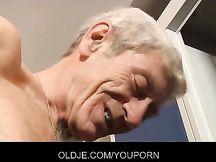 Lei scopa con un nonno