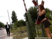 Puttana scopata accanto alla ferrovia
