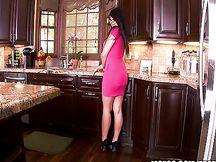 Piccola moglie asiatica gioca in cucina