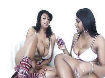 Ebony lesbiche tettone