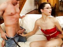 Bruna in lingerie rossa con gli occhiali
