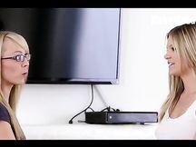 Bionde ragazze del web insegnano il sesso lesbo