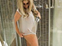 Leah Lixx  si masturba in bagno