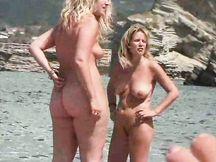 Mamme bionde esibizioniste sulla spiaggia
