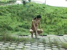 Ragazza filmata mentre piscia all'aperto
