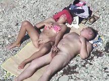 Moglie arrapata fa una sega al compagno in spiaggia