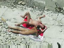 Coppietta fa petting e sesso in riva al mare