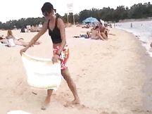 Bruna matura si spoglia nuda in spiaggia