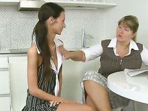 Sesso a tre in cucina con due troiette brune
