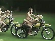 Motociclisti arrapati scopano due donne mentre guidano