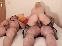 Maiali cinquantenni sbattono una prostituta