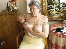 Nonna tettona super eccitata