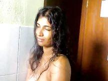 Ragazzina dello Sri Lanka succhia cazzo