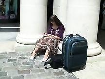 Sexy ragazza seduta fuori fa intravedere le mutandine