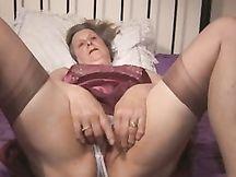 Vecchia casalinga viziosa