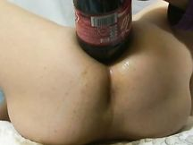 Due litri di Coca Cola e menta nel buco del culo di mia moglie