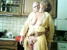 Cunnilingus in cucina a vecchia moglie