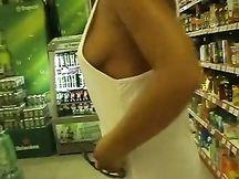 Lei va senza mutande e reggiseno al supermercato