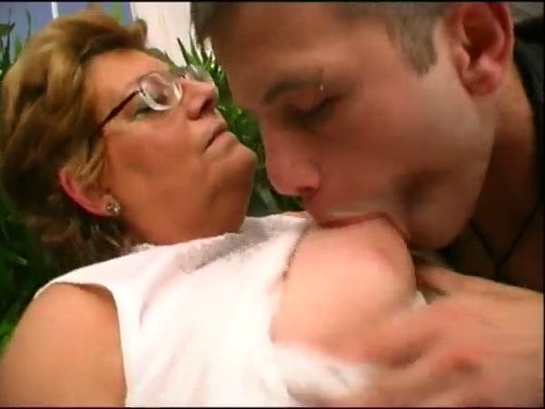 Alla nonna piace succhiare il cazzo dei migranti - 5 6