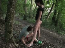 Bruna amatoriale e il suo amante si leccano nella foresta