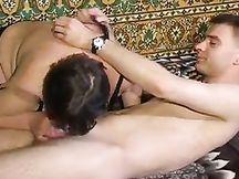 Grassa matura con tette cadenti cavalca il suo amante