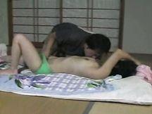Giovane ninfomane asiatica leccata da due uomini