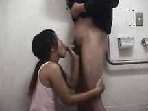 Pompino in bagno da prostituta asiatica